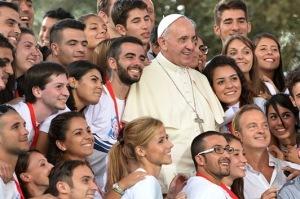 Papa Francisco-rodeado-de-jovenes