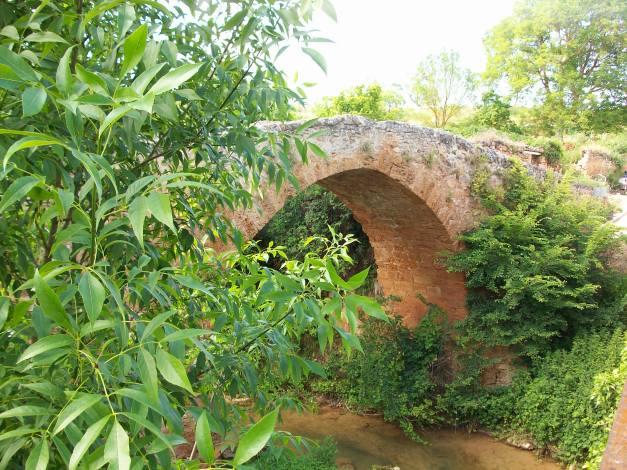 En la imagen, uno de los dos puentes medievales de Lences, actualmente pedanía de Poza de la Sal. Está situado sobre el río Castil, a la entrada del pueblo, junto a la iglesia de Santa Eugenia. Con el viejo molino harinero, conforma un preciso paraje.